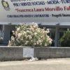 Sur la place du lycée portant le nom de magistrats antimafia assassinés, une plaque commémore l'attentat ayant coûté la vie à la jeune Melissa Bassi. Photo François Meylan.