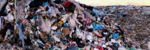"""13/03/2019. Vertedero de Valdemingómez, Madrid, Comunidad de Madrid, España. Activistas de Greenpeace han bloqueado el acceso de camiones al vertedero de Valdemingómez, protestado contra el uso masivo de plástico de un solo uso y su deficiente gestión. Junto al vertedero se encuentra la planta incineradora del mismo nombre, donde también terminan muchos envases plásticos.   La actividad se enmarca dentro de la campaña de Greenpeace """"Maldito plástico"""" que denuncia que solo se recicla el 25% de los envases plásticos, pasando el resto contaminar en vertederos, incineradoras, medioambiente y exportación.  ©Greenpeace/PedroArmestre   ©Greenpeace Handout/PedroArmestre No sales - No Archives - Editorial Use Only - Free use only for 14 days after release. Photo provided by GREENPEACE, distributed handout photo to be used only to illustrate news reporting or commentary on the facts or events depicted in this image."""