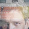 Montage de la banderole du FIFF (Festival International de Films de Fribourg) à Fribourg Centre.